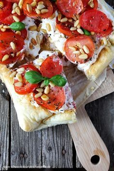 Summer recipe for a quick puff pastry tart with tomatoes, ricotta and pine nuts. Ideal for warm summer days. Tomato and ricotta tart with pine nuts Cranberry Recipes Thanksgiving, Traditional Thanksgiving Recipes, Thanksgiving Crafts, Ricotta Torte, Food For A Crowd, The Best, Deep Dish, Food And Drink, Meat Appetizers