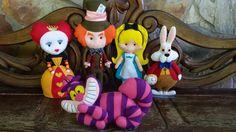 turma da Alice no pais das maravilhas eem feltro <br>conjunto de bonecos confeccionados artesanalmente em feltro. <br>Alice medindo 30 cm <br>rainha vermelha 30 cm <br>coelho 30 cm <br>gato risonho 20 cm <br>chapeleiro maluco 40 cm <br>o valor e para os 5 personagens . <br>Não são vendidos separadamente. <br>todos os personagens vão com suporte acrilico para pararem de pé. <br>prazo de produção e de 40 dias