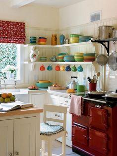 relooker sa cuisine avec des étagères murales en bois, des stores et de la vaisselle colorés
