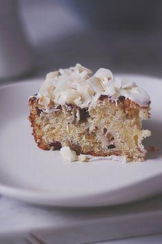 Rabarberkage med ingefær, kokos og hvid chokolade | Emily Salomon