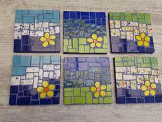 Juego Posavasos trivets or coasters Mosaic Stepping Stones, Stone Mosaic, Mosaic Glass, Mosaic Art Projects, Mosaic Crafts, Mosaic Tray, Mosaic Tiles, Mosaic Designs, Mosaic Patterns