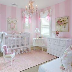 roze in combinatie met witte meubelen geeft een zoete sfeer