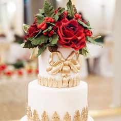 Deck the halls with boughs of Holly! We totally love this #redgoldandgreen #christmascake we created for @amieboneflowers last year. Image beautifully captured by @lisapaynephotography #christmas #redsugarroses #beautifulchristmascakes #elegantchristmascake #christmasweddingcake #sugarflowers #sugarcraft #sugarfans