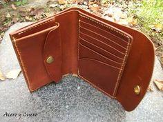 Cartera artesanal de mujer fabricada en ternera engrasada marrón.   Con seis ranuras para tarjetas o documentación, dos apartados ocultos, monedero y un amplio apartado para billetes.