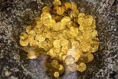 Divers found nearly 2,000 pieces of gold off the Israeli coast of Caesarea, on 18 February.  These relics have more than 1,000 years, according to authorities.