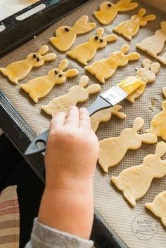 Für Ostern backen mit Kindern: Tolles Rezept für Osterhasen-Plätzchen, das sich auch wunderbar für Kinder eignet. Mit diesem einfachen Mürbeteig macht Osterhasen-Selberbacken Spaß!