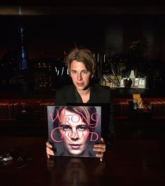 Hanging round with the wrong crowd Tom Peters, Tom Odell, Famous People, Crowd, Fangirl, Toms, Handsome, Twitter, Celebrities