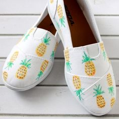 Make these painted pineapple shoes in just a few minutes with fabric markers. Super easy and super stylish!