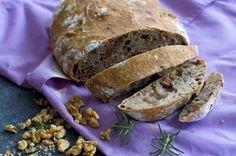 Niet nad vôňu a chuť čerstvo upečeného chleba. Ak ho navyše pripravíte doma s voňavými opekanými orechmi a rozmarínom, budete sa len zalizovať.