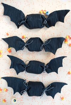 Paper Bat Favors DIY - -Crepe Paper Bat Favors DIY - - Simple and easy Halloween treat toppers {Click image for link to video tutorial} Diy Halloween, Bonbon Halloween, Theme Halloween, Adornos Halloween, Manualidades Halloween, Halloween Birthday, Halloween 2019, Holidays Halloween, Happy Halloween