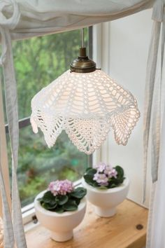 Beautiful crochet lampshade and cloth. Crochet Home, Crochet Motif, Crochet Doilies, Crochet Patterns, Shabby Chic Lighting, Crochet Lampshade, Crochet Decoration, Easy Diy Crafts, Chrochet