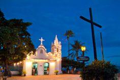 Área comercial, localizada em frente ao projeto TAMAR, um dos pontos turísticos de maior visitação em Praia do Forte.