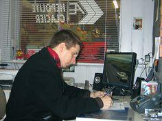 TYÖKOKEMUS: Toimin Tarvetta ja Tukea EU-hankkeen vetäjänä ja projektityöntekijänä ajalla 1.5.2007 - 31.5.2008. Työssäni vastasin Haukiputaan alueen pienyritysten tietojärjestelmäkartoituksista, esitin suositukset IT-toimintojen kehittämiseksi sekä tein kehittämistoimenpiteitä. Tehtäviin kuului myös konsultointia, henkilökohtaisia opetustehtäviä, koulutusten järjestämistä sekä yhteistyötä paikallisten alan toimijoiden kanssa. Kuva on otettu eräässä kohdeyrityksessä vuonna 2008.