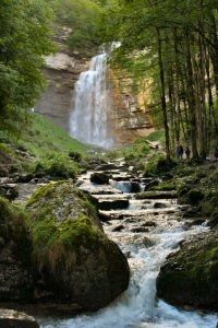 Le Grand Saut Les Cascades du Hérisson  Elles sont situées vers Doucier, au coeur de la région des lacs. Le Hérisson prend sa source dans le lac de Bonlieu, à 805 m d'altitude, pour rejoindre ensuite le plateau de Doucier, à 520 m. Il subit ce dénivelé de 280 m sur 3,6 Km, et forme une multitude de cascades, spectaculaires surtout en période pluvieuse :  L'Eventail (nom dû à sa forme) est la plus impressionnante, avec une chute de 65 m, qui forme une pyramide ; Le Grand Saut avec une chute…