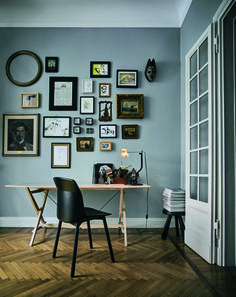... houten vloer met een mooie licht grijs/blauwe kleur op de muur! More