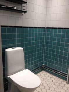 Small bathroom, white hexagon floor tiles with dark grey grout, black decor tiles with white tiles above and dark turquoise tiles under. Litet badrum som har kalkats med svart list, mörkturkost kakel (Höganäs Smaragd) med ljusgrå fog och vitt hexagonmönstrat klinker med mörkgrå fog. Syftet var att få in lite sekelskifts och eller 20-talskänsla i ett modernt badrum. Byggfabriken har lagt upp ett jättefint exempel, detta är vår egen variant baserad på inspiration av dem!