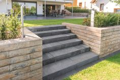 VIA Stufen Quarzit kombiniert mit der LINEO Mauer in Muschelkalk. VIA steps quartzite combined with the LINEO wall in shell limestone. Front Yard Patio, Front Yard Landscaping, Amazing Gardens, Beautiful Gardens, Landscape Design, Garden Design, Le Hangar, Small Front Gardens, Modern Backyard