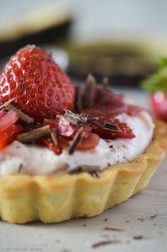 Små tærter med jordbær-rabarberskum, råsyltet rabarber og mørk chokolade — Sesam, Sesam