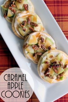 Make this caramel apple cookies recipe for your loved ones this fall! A perfect way to enjoy a caramel apple on top of a sugar cookie! Delicious Cookie Recipes, Best Dessert Recipes, Yummy Cookies, Fall Recipes, Yummy Food, Simple Recipes, Caramel Apple Cookies, Caramel Apples, Desserts Caramel