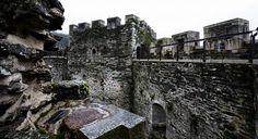 Castillo de Moeche: El castillo fue uno de los protagonistas de la revuelta de los Irmandiños. Llevaron a Nuño Freire de Andrade a huir al castillo de su familia.