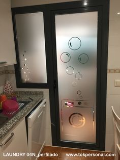 Modelo super bonito para la puerta de la cocina hacia el lavadero. Se puede adaptar a cualquier medida del cristal. Window Glass Design, Door Design, House Design, Laundry Room Organization, Laundry Room Design, Interior Design Living Room, Living Room Designs, Laundry Shop, Laundry Signs