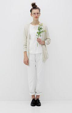 White ensembele: baggy pants + t-shirt + oatmeal cardigan
