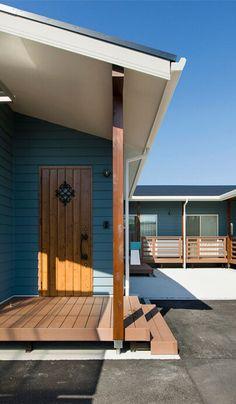 ベールブルーのラップサイディングを使用したカリフォルニアスタイルの外観。 House Roof, My House, American Style House, California Style, Private Garden, Relax, Mid Century, Outdoor Decor, Room