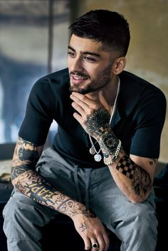 NME reveals Zayn Malik has revealed what course his life and career would have taken if he'd never found fame with One Direction. The former One Direction turned solo star was in conversation with V. Estilo Zayn Malik, Zayn Malik Fotos, Zayn Malik Hairstyle, Zayn Malik Style, Hairstyle Men, Zayn Malik Fashion, Zayn Malik Images, Zayn Malik Tattoos, Beards