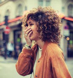 No siempre nos gusta, a veces quisiéramos tenerlo lacio, pero al final nada es mejor que el cabello rizado. ¿No estás de acuerdo?