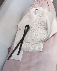 "1,253 Likes, 7 Comments - HANBOK_LSH (@hanbok_lsh.official) on Instagram: ""hanbok_leeseunghyun  ᆞ 자연스런 한복 느낌좋은 한복 사랑스런 한복 입고싶은 한복 레이스당의 한복 참 아름다운 한복 ᆞ 청담 이승현한복 design by…"""