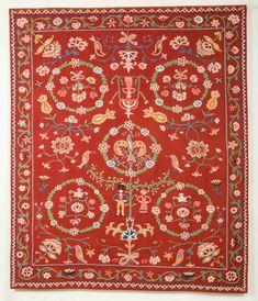 Detta röda täcke från Frosta härad är ett av flera liknande. Det är märkt IOS BÅD 1833. Om man hade råd, tid och förmåga ingick ibland ett eller flera täcken i brudens hemgift.