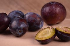 Szilva – a nyári gyümölcsök utolsó hírnöke, az édes-savanykás, kék színű, zamatos gyümölcs, mely vitamindús és rendkívül egészséges Prune, The Best, Vegetables, Cooking, Cycle, Food Food, Literature, Electric, Jokes