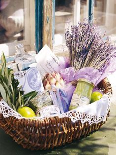 A basket of lavender goodies . what a wonderful gift for a lavender lover Diy Gift Baskets, Gift Hampers, Raffle Baskets, Homemade Gifts, Diy Gifts, Welcome Baskets, Welcome Gift Basket, Provence Style, Auction Baskets