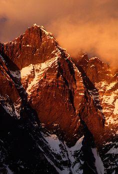 El sol se pone en el Lhotse que se eleva a 8501 metros (28,005 pies) y es uno de los picos más altos mundos - Khumbu Nepal distrito