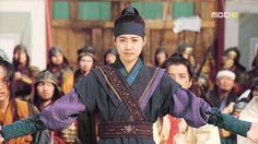 화랑 덕만#Queen Seondeok (Hangul: 선덕여왕; RR: Seondeok Yeowang) is a 2009 South Korean historical drama as part of MBC television network 48th-founding anniversary special drama, starring Lee Yo-won, Go Hyun-jung, Uhm Tae-woong, Park Ye-jin, Kim Nam-gil and Yoo Seung-ho. It chronicles the life of Queen Seondeok of Silla. It aired onMBC from 25 May to 22 December 2009 on Mondays and Tuesdays at 21:55 for 62 episodes.