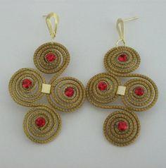 Brinco de capim dourado  com detalhes em strass vermelho. R$ 10,00
