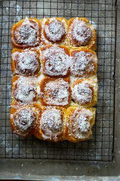 SNURRER MED HVIT SJOKOLADE OG KOKOS #boller #buns #kokos #coconut #hvitsjokolade #whitechocolate #godeboller #noetilkaffen #baking #homebaking #sweetbuns #søtgjærbakst #gjærbakst #bakst #oppskrift #recipes Norwegian Food, Norwegian Recipes, Cake Recipes, Sweets, Bread, Baking, Cakes, Table, Easy Cake Recipes