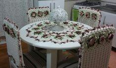 Lindo conjunto de cozinha em crochê. <br>Composto por: <br>- 01 Centro de Mesa com flores. <br>- 04 Capas para cadeiras com flores. <br> <br>Deixe sua cozinha ainda mais aconchegante! <br> <br>O conjunto poderá ser feito na cor de sua preferência para combinar com a decoração do seu ambiente! <br> <br>OBS: Para outras quantidades de capas solicite um orçamento através do botão CONTATAR VENDEDOR.