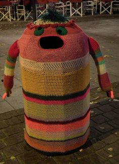 Yarn Bomb Monster: Super cute way to cover up a trash can. - I'd love to be able to do something like this at Scribbles for a yarn donation spot Knit Art, Crochet Art, Freeform Crochet, Yarn Bombing, Guerilla Knitting, Street Art, Urbane Kunst, Sewing Art, Types Of Yarn