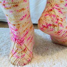 Grenadine Is the New Black Crochet Socks, Knitting Socks, Knit Crochet, Knitting Projects, Knitting Patterns, Crochet Patterns, Wool Socks, Handicraft, Diy Crafts