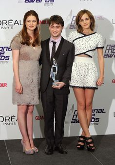 At the 2010 National Movie Awards in London with Bonnie Wright, Daniel Radcliffe and Emma Watson. Gina Harry Potter, Harry Potter Hermione, Harry Potter Fandom, Harry Potter Characters, Harry Potter World, Harry Potter Memes, Hermione Granger, Potter Facts, Daniel Radcliffe Emma Watson