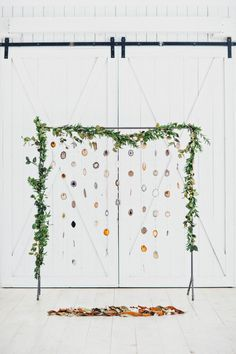 Eye-catching wedding ceremony backdrop made from agate slices | Cassie Loree Photography
