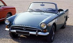La Sunbeam Alpine de 59, cette voiture de collection fut construite de 1959 à 1968, la Sunbeam Alpine de 1959 mesure 1.54 mètres de large, 3...