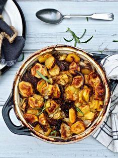 Merimiespihvit on herkullinen viileiden päivien pataruoka, joka lämmittää oloa päästä varpaisiin. #pataruoka #merimiespihvi #merimiespihvit #arkiruoka #liharuoka #peruna Paella, Food And Drink, Koti, Ethnic Recipes