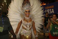 Juliana Alves usa fantasia mais coberta em desfile da Unidos da Tijuca