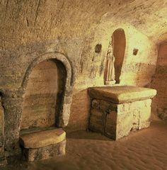 La fertilité retrouvée - Saint-Emilion- 7) LA GROTTE MIRACULEUSE: L'escalier qui mène à l'ermitage date de la fin du XVII°s, époque où d'importants aménagements ont été réalisés: placement des balustrades que l'on voit à l'intérieur et condamnation des autres accès. Sur le pilier qui supporte le porche de l'escalier, on devine une inscription gravée dans la pierre en 1708 que l'on peut traduire ainsi: ...