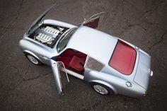 """""""Ist er's? Oder ist er´s nicht. Er ist es – nicht!"""" Man muss schon mehr als zweimal hinsehen, um den Evanta Aston Martin DB4 GT Zagato Evocation als Kopie zu entlarven. """"Die Proportionen, die Spur, die Details, der Motorklang – hier stimmt was nicht"""", mögen auch eher unbedarfte Aston-Anhänger beim ersten Anblick des Evocation denken. Andererseits: """"Ein DB4 GT Zagato, das wäre doch zu schön"""" – jeder Autoliebhaber wünscht sich schließlich, einer derart raren Ikone gewahr zu werden. Zudem gilt…"""