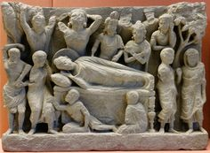 【大英博物館】佛陀在婆羅雙樹間進入涅槃,西元2-3世紀古印度犍陀羅國浮雕,現藏於大英博物館。