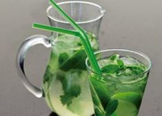 Limonade met citroenmelisse, munt en limoen Summer Recipes, My Recipes, Cocktail Drinks, Cocktails, Lemonade Bar, Grand Marnier, Happy Foods, Frozen Fruit, Yams