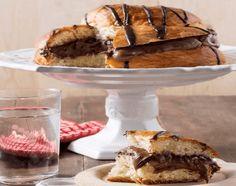 Γεμιστό τσουρέκι με σοκολάτα και πραλίνα Mediterranean Breakfast, Greek Easter, Bread Rolls, Easter Recipes, Sweet Recipes, Biscuits, Pie Crusts, Chocolate, Cooking